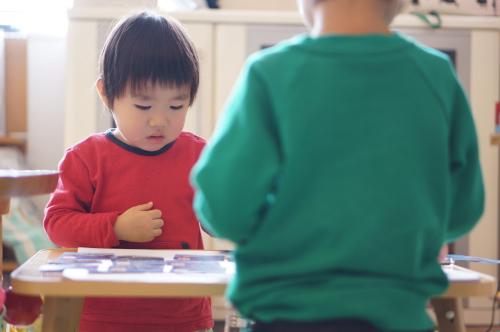 台風シーズンにおすすめ!子どもが一人遊びできるようになる「おうち遊び」2つ